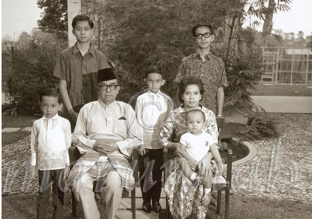 tun abdul razak bin datuk hussein Allahyarham tun haji abdul razak bin dato' haji hussein (11 mac 1922 - 14 januari 1976) merupakan perdana menteri malaysia kedua.