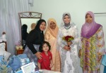 Rakan-rakan bergambar dengan pengantin.