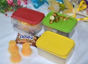Bekas plastik pelbagai guna berisi coklat dan puding mangga. Harga: RM1.50 satu.