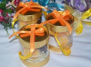 Bekas plastik transperen berisi coklat dan puding mangga, dan boleh ditukar isi lain. Harga: RM1.20 satu