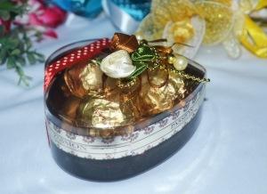 Bekas berbentuk hati berisi coklat: Harga: RM3.50 satu.