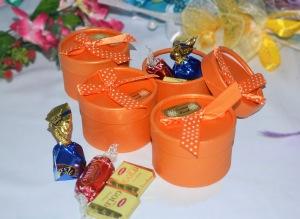 Bekas plastik bereben berisi coklat. Harga: RM2.00 satu.